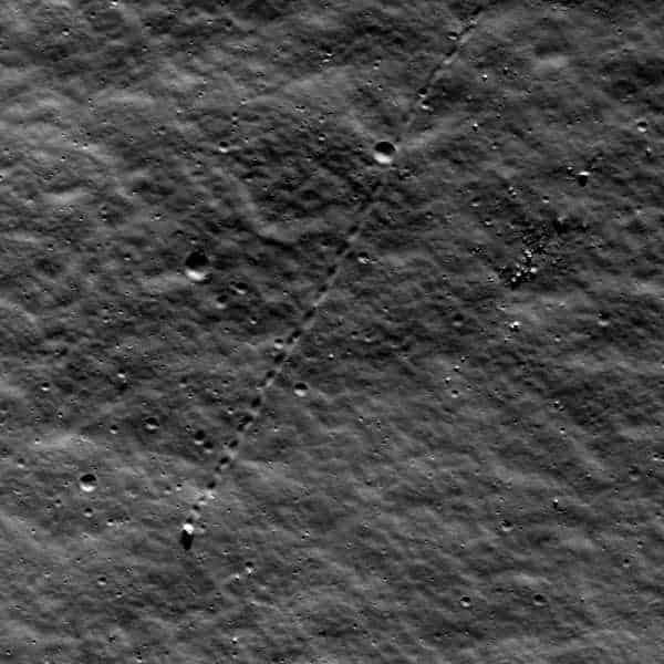 Движущиеся камни на Луне.jpg